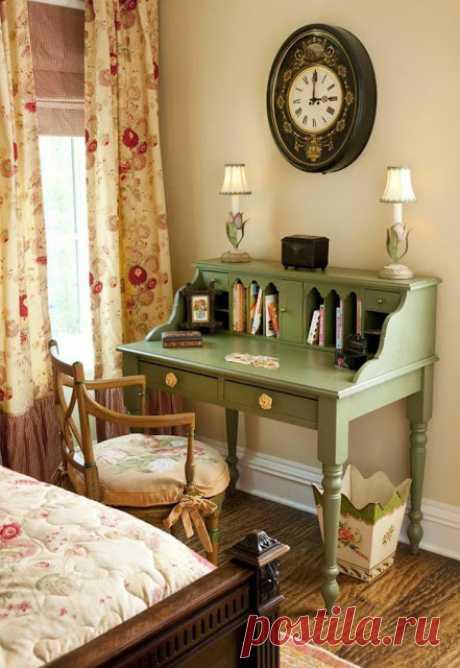 Антикварный письменный стол для прекрасной дамы