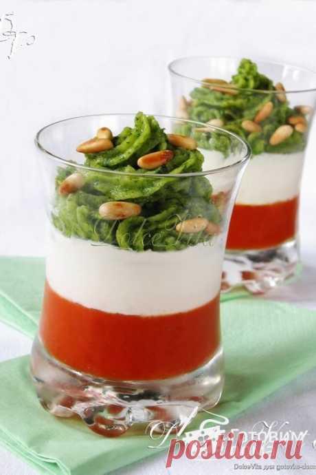 """Праздничная закуска """"Капрезе-мусс"""". """"Капрезе-мусс"""" - это оригинальная закуска по мотивам итальянского салата """"капрезе"""". Ингредиенты мусса слегка отличаются от традиционных, используемых в салате, но вкус всё так же остаётся свежим и лёгким, а оригинальная подача в стаканах и яркие цвета создают атмосферу настоящего праздника!"""