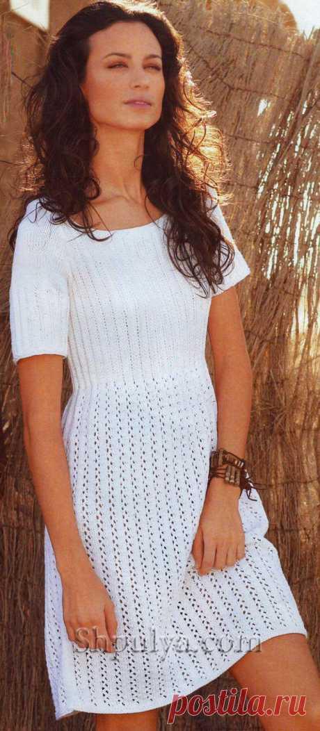 Белое летнее платье с ажурными полосами