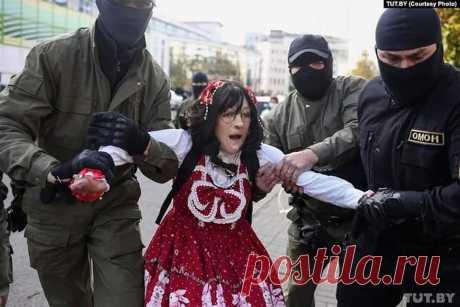 Эти фото должен увидеть весь мир. Ну, если не мир, то вся Беларусь. Смотрите! Задержание женщины инвалида. Без рук. Женщины, перенесшей пожар, но не сломленой. Обгоревшей, но с сильной душой.  Это было на женском марше.