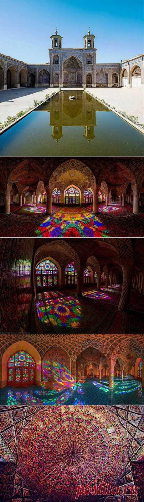 Розовой мечеть Насир аль-Мульк находится в г.Шираз,Иран.Розовая мечеть отличается от всех остальных архитектурных чудес в мире.