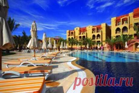 Где находится отель Marina Plaza Tala Bay? Какие отзывы туристов об отеле, сервисе и пляже? Какие услуги предлагает отель для туристов?