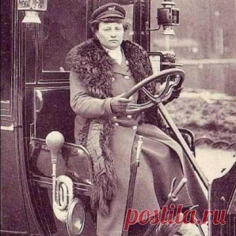Мадам Декурсель, первая женщина-таксист в Париже, 1909 год.