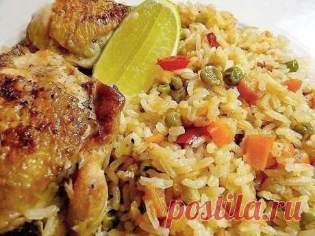 Рис с курицей - Arroz con pollo  Ингредиенты:  1 курица на 1,5 кг (8 бедрышек) 1 средняя луковица 1 морковка 1 сладкиой красныж перец 100 г зеленого горошка (можно замороженного) 500 г длиннозерного риса 100 мл белого сухого вина 2 зубчика чеснока острый перец рокото (чили) по вкусу 1/2 ч.л. молотого кумина (зиры) соль, перец 50 мл нейтрального растительного масла для обжаривания 0,5 л куриного бульона  Приготовление:  1. Курицу разрезать на 8 частей, каждый кусок проколот...