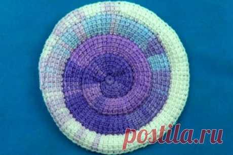 Тунисская спираль на 6 петель Тунисская спираль на 6 петель может быть выполнена любого размера, причем вязать можно обычным крючком. Таким способом удобно вязать подставки под чашки, салфетки и коврики.