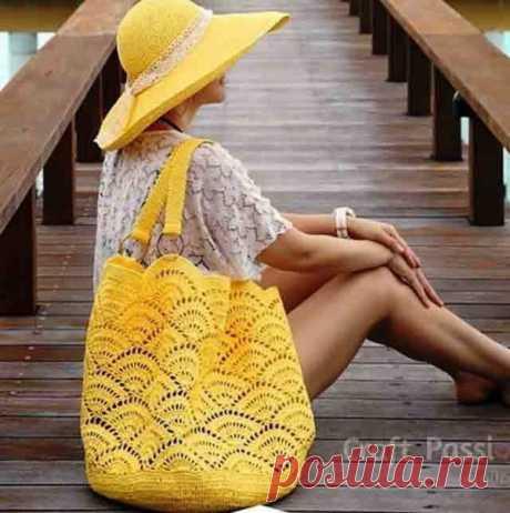 Неплохой вариант для пляжной сумки узором веерочки. #крючок #вязаная_сумка #сумка_крючком #вязаный_узор #узор_крючком  На второй схеме показано направление вязания этих элементов.