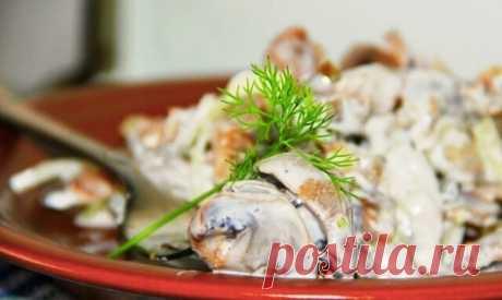 Салат с шампиньонов, куриных желудочков и соленых огурцов