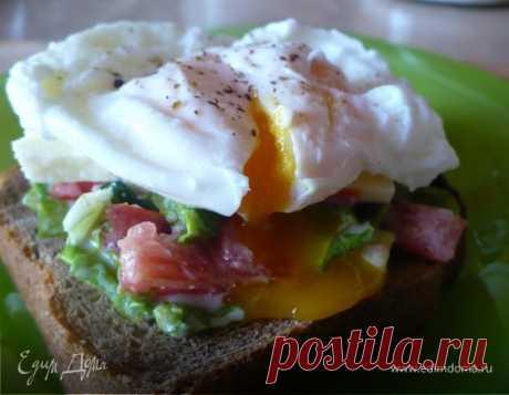 Бутерброд с яйцом пашот и овощами. Ингредиенты: яйца куриные, помидоры, огурцы