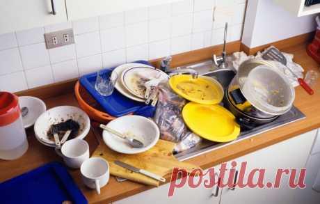 Почему нельзя оставлять грязную посуду лежать всю ночь Опять мыть посуду! Вот ведь приучили: устала — не устала, а посуду нужно вымыть в тот же день, когда её испачкали. А почему нельзя вымыть её утром?