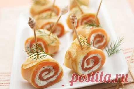 Рулетики из блинов с лососем и плавленым сыром