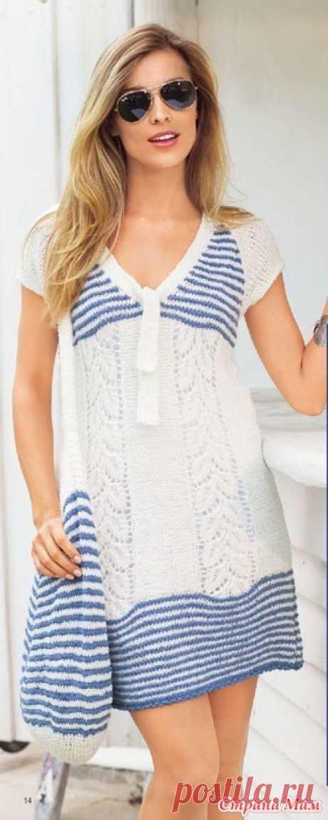 летнее платье в сине-белую полоску в морском стиле из хлопка для прогулок по пляжу. Вещи можно сложить в вязаную крючком сумку.  Размер: 44/46