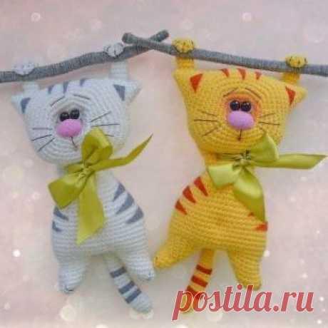 Вязаные крючком забавные котики от Галины Писаренко (Kitten 1601). Вязать игрушку лучше из хлопковой или полухлопковой пряжи.