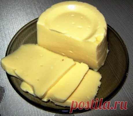 """Сыр """"Сливочный"""" домашний  просто объедение!  Обязательно приготовьте! Ставьте """"Класс!"""", и рецепт сохранится на вашей страничке! Ингредиенты: ✔ творог — 1 кг ✔ молоко — 1 л ✔ яйцо — 3 шт ✔ масло сливочное — 100 гр ✔ сода — 1 ч.л. ✔ соль (или по вкусу) — 1,5 ч.л. Приготовление: 1. Чтобы получился хороший сыр, творог должен быть сухой и не жирный. 2. Положить в молоко творог и нагревать до кипения и варить 7-10 минут, периодически помешивая. Если творог был не жирный и сухой, то он сразу начнёт"""