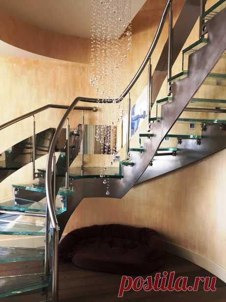 Лестница из стекла и нержавеющей стали
