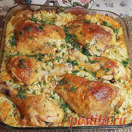 Ужинаем замечательной курицей и рисом куриные окорочка - 1 кг лук-2 маленьких морковь -1 шт рис-300 гр сметана 1 ст.л. соль, перец, специи для курицы  Приготовление: 1.Сначала замаринуем курочку в сметане, соли и специях; 2.далее нарезаем лук и натираем морковь на терке 3.рис промываем хорошо 4.в форму для запекания добавляем лук морковь и рис, перемешиваем, добавляем соль и перец; 5.выкладываем курочку сверху, наливаем воду так чтобы она покрывала рис на 0,7- 1 см.. закры...