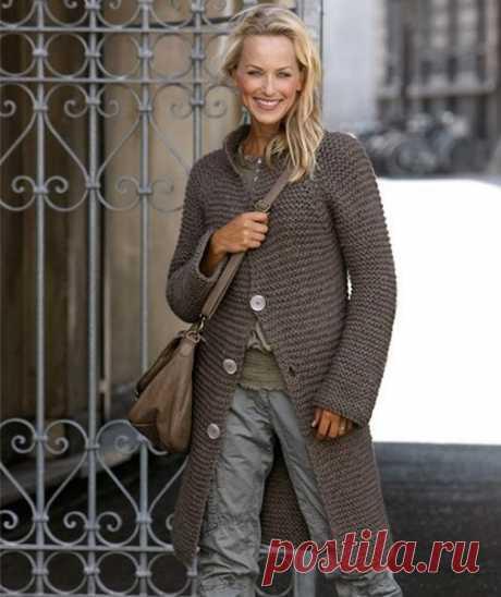 Стильное длинное пальто вязаное спицами платочной вязкой.  Описание вязания пальто для размера S (M, L). Длина 78 (82, 85) см.  Для вязания потребуется: 18 (20, 22) мотков пряжи (100% шерсть, 100 м/50 г); спицы 10 мм; держатели для петель; трикотажная игла; 4 большие пуговицы.  Плотность вязания: 10 петель = 10 см платочной вязкой нитью в 2 сложения спицами 10 мм.  Описание вязания пальто спицами.  Платочная вязка: вязать лицевыми петлями в каждом ряду.  Спинка.  Набрать н...