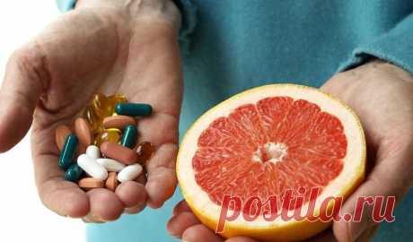 Почему нельзя запивать лекарства грейпфрутовым соком? Запивать лекарства грейпфрутовым соком опасно для жизни! Почему? Выявлено около 50-ти лекарственных препаратов, сочетать которые с этим соком нельзя.