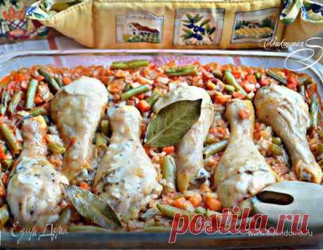 Куриные голени, запеченные с рисом и овощами. Ингредиенты: куриные голени, овощная смесь замороженная, лук репчатый