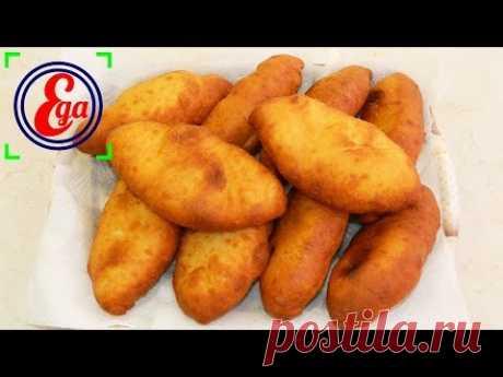 Los pastelillos fritos con las patatas