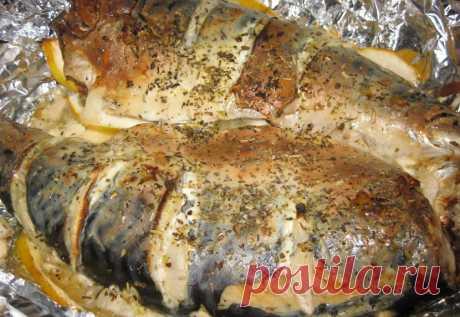 Скумбрия запеченная в духовке. Почувствуй себя Гуру кулинарии. Аппетитная, сочная и мягкая рыба вам обязательно понравится    Ингредиенты  Скумбрия - 2 штлуковица (средняя) - 1 штлимон- 0,5 штмайонез или сметана - 2 ст. лсоль, приправа для рыбы - по вкусу.        ШАГ 1     Нам понадобится свежая или предварительно раз…