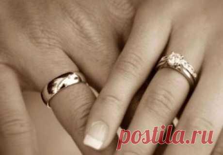 Почему обручальное кольцо носят на безымянном пальце? В разных странах люди дают этому свое объяснение. Почему же выбор падает именно на него?