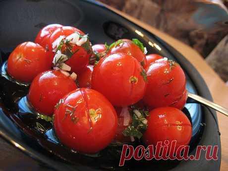 Малосольные помидоры с чесноком. Самый удачный рецепт От таких малосольных помидоров с чесночком никто не откажется. Готовятся очень просто и быстро, вкус - изумительный.