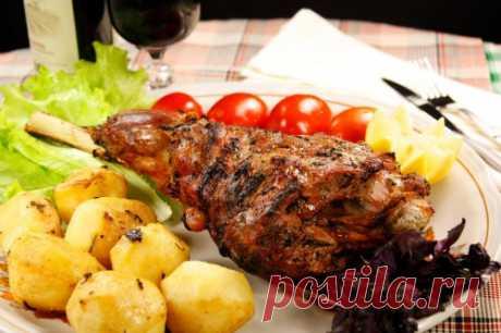 Как приготовить баранину в духовке, чтобы мясо было мягким и сочным: 5 простых рецептов Узнайте, как приготовить баранину в духовке, чтобы мясо было мягким и сочным. ТОП 5 лучших способов: с картофелем, овощами, в горшочке, в фольге, и каре.