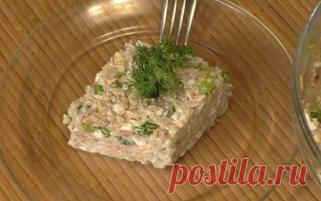 Салат из рыбной консервы с яйцом и рисом. Короткий видео рецепт