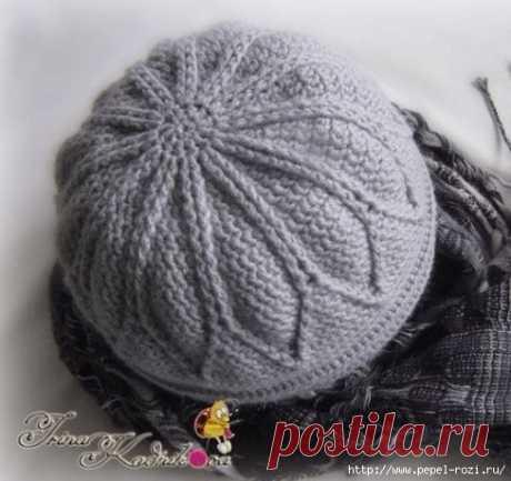 Плотная и теплая шапка с узором листики, вязаная крючком и спицами