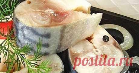 В таком маринаде скумбрия не уступает по вкусу красной рыбе Ингредиеты:  — Скумбрия (замороженная, разморозить) 2 шт — лук репчатый по вкусу — вода 250 мл — гвоздика 6 шт — перец горошком шепотка — перец душистый молотый 1/3 ч л — зерна кориандра шепотка — соль 2 ч л — сахар 0,5 ч л — масло подсолнечное 2 ст л — уксус яблочный 2,5 ст л  Вам так
