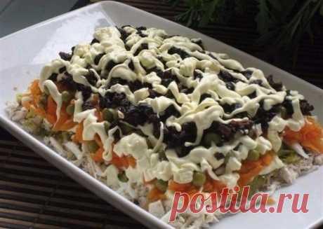"""Салат """"Особый"""". Рецепт этого салата будут выпрашивать все гости. Очень вкусный Ингредиенты:●3 филе курицы, ●300 гр твердого сыра, ●6 яиц, ●стакан сладкого чернослива без косточек, ●1 зубчик чеснока, ●300 гр готовой пряной морковки по-корейски, ●полстакана немного толченых грецких орехов, ●500 гр майонеза, ●соль, ●черный молотый перец по вкусу, ●пучок петрушки..."""