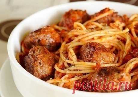 Спагетти с мясными шариками в томатном соусе  Ингредиенты:  -Лук репчатый 1 головка -Фарш говяжий 500 г -Чеснок ½ головки -Помидоры 2 штуки -Паста томатная 2 чайные ложки -Перец черный молотый щепотка -Соль морская по вкусу -Спагетти 400 г Приго…