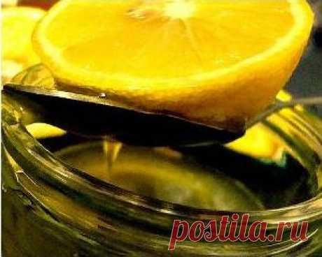 Уже с первых приемов целебного средства для красоты и молодости вы почувствуете прилив сил, улучшится цвет вашего лица, вы помолодеете, наладится работа сердца и пищеварительного тракта, укрепится иммунитет. Необходимо смешать 200 грамм меда с 100 мл свежевыжатого лимонного сока и 70-100 мл натурального оливкового масла. Принимать целебное средство следует утром, натощак за полчаса до еды.