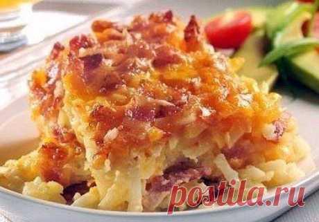 Идея к ужину. Очень вкусная находка! Приготовление: Очищенный картофель натираем на крупной терке и выкладываем первым слоем. Следующим слоем выкладываем лук и бекон (можно заменить ветчиной или мясом). Натираем сверху сыр. Повторяем слои...