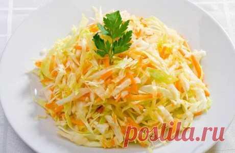 Витаминный капустный салат.  Состав: свежая белокочанная капуста – 1 кг; свежая морковь – 1 кг; сладкий перец – 0,5 кг; яблоки свежие – 1 кг; лук зеленый – 1 пучок; растительное масло – 3 ст.л. соль и молотый перец по вкусу.  Приготовление: Промыть овощи и яблоки. Подсушить все на салфетке. Яблоки и морковь натереть на крупной терке, а капусту мелко. Зеленый лук мелко нарезать. Болгарский сладкий перец нарезать мелкими кубиками. Все хорошенько перемешать, по...