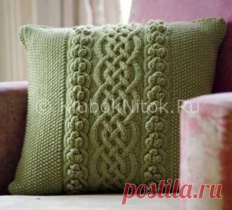 Зеленая подушка с оригинальными косами в серединке | Вязание спицами | Вязание спицами и крючком. Схемы вязания.