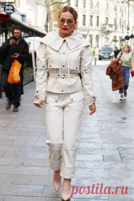 Рита Ора в Лондоне - НОВОСТИ,СОБЫТИЯ,ЛЮДИ,ФАКТЫ - медиаплатформа МирТесен Рита Ора для солнечного дня в Лондоне выбрала светлый аутфит с яркими деталями. 29-летняя британская певица предпочитает сочетать белый тотал-лук с яркой помадой и делает это безупречно. Звезда появилась перед репортерами в кожаном костюме из коллекции бренда Symonds Pearmain. Образ она дополнила...