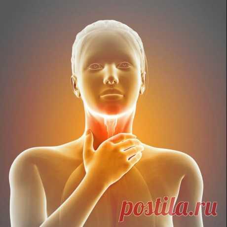 Причины и лечение кома в горле Ком в горле – дискомфортное ощущение, при котором человек чувствует давление в шее и затруднительную проходимость воздуха через воздухоносные пути.
