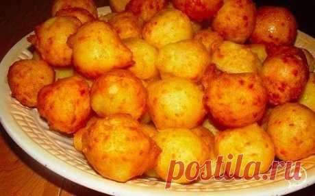 Пампушки из картофеля  Картофель вареный-500 гр  Яйцо-2 шт  Сыр твердый-100 гр  Крахмал- 2-3 ст.л  Соль  Картофель размять (у меня было готовое картофельное пюре).Смешать с яйцом,сыром.Посолить .Добавить крахмал.Хорошо перемешать  С помощью чайной ложкой сформировать маленькие шарики и пожарить их во фритюре  Можно подавать как самостоятельное блюдо или как гарнир.  Еще я поджариваю на растительном масле лук,добавляю чеснок,перец и немного подсоленной води.И заливаю этой смесью пампушки.
