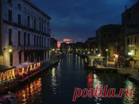 Венеция находится на севере Италии близ Адриатического моря. Венецианская республика, центром которой была Венеция,являлась одним из важнейших государств на всем Средиземноморье. Историческая часть Венеции находится в основном на островах, а также каналах. В нынешнее время является центром посещения туристов мирового масштаба.