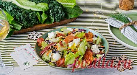 Зеленый салат с перепелиными яйцами-пашот и хрустящим беконом