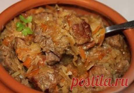 Гуляш с капустой в горшочке Конечно, этот гуляш можно приготовить и обычным образом, на плите, но, приготовленный в горшочке, получается невероятно вкусным, поскольку овощи и мясо взаимно обмениваются соками и ароматами. Ингредиенты: 600 г говядины 300 г свежей капусты 200 г квашеной капусты 1 помидор 1 морковь 1 луковица Приготовление: Соль, молотый черный перец, паприка, душистый перец, лавровый лист