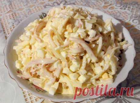 Салат с кальмаром  *100 гр - 90 ккал*  Ингредиенты: репчатый лук 80-100 г, кальмар (отварной или консервированный) 100-120 г, 1 яйцо (я беру 2 белка, т.к. желтки не очень люблю;), китайская капуста 100 г, холодная вода, уксус.  Для заправки: натуральный йогурт или кефир (я очень часто вообще ничем не заправляю, - и так вкусно;)  Приготовление: Лук мелко порезать, залить холодной водой, так что бы она его полностью покрывала, добавить уксус (кол-во зависит от % уксу...