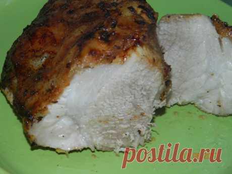 ДОМАШНЯЯ БУЖЕНИНА  Мясо натереть солью,перцем,специями,растит.маслом. Сверху намазать натёртым чесноком по всей площади.Луковицу порезать полукольцами,немного помять. Мясо положить в миску и распределить по нему весь лук.. Оставить мариноваться на 2 или более часов.Если больше помаринуется,то вкуснее будет. Положить мясо в фольгу вместе с луком. Запекать при 180* один час.Потом развернуть фольгу,сдвинуть лук на дно и ещё запекать до хорошей корочки( у меня запекалось ещё ...