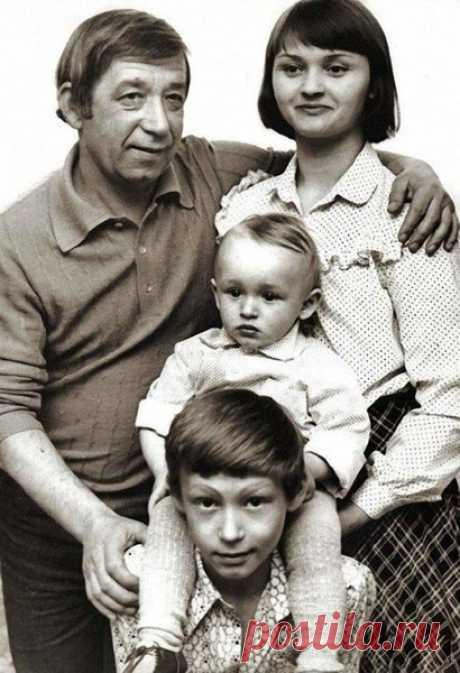 Бронислав и Екатерина Брондуковы с сыновьями Костей и Богданом