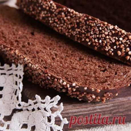 El pan de centeno de casa en el horno. La receta de la cocción del pan de centeno cocido, con las semillas, los afrechos en las condiciones de casa