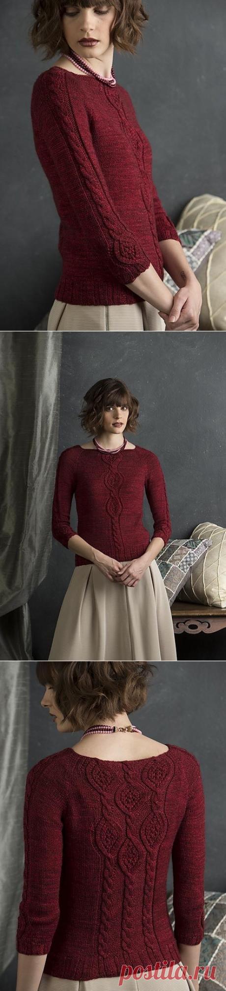 Бордовый пуловер, связанный спицами.