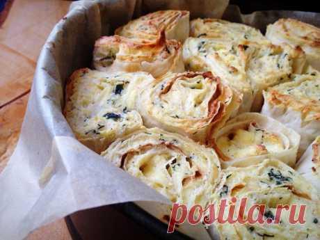 Слоеный пирог из лаваша с творогом, сыром и зеленью — Sloosh – кулинарные рецепты