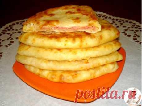 Сырные лепешки за 15 минут Получаются очень сочные и хрустящие! Ингредиенты: Кефир — 1 стакан Соль — 0,5 ч. л. Сахар — 0,5 ч. л. Сода — 0,5 ч. л. Сыр твердый (тертый) — 1 стакан Ветчина (или колбаска, или сосиски, натертые на терке) — 1 стакан Мука — 2 стакана Приготовление: 1. В кефир добавить соль, сахар, соду, хорошо перемешать. 2. Добавить сыр твердых сортов и муку. Хорошо перемешать. 3. Полученное тесто разделить на колобки, раскатать небольшую лепешку (можно пожарить так), положить нач