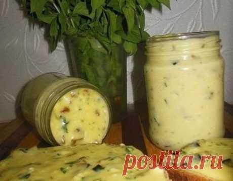 Домашний плавленый сыр с шампиньонами - нереальная вкуснятина!  Ингредиенты: 500 гр творога(домашний творог) 2 яйца 2-3 ст.л сметаны(домашняя) соль по вкусу(примерно 1 ч.л без горки) 1 ч.л соды(не полная без горки) петрушка 5 веточек(можно укроп)(мелко порезать) 200 гр грибов(шампиньоны)  Приготовление: 1. Все ингредиенты смешиваем,и взбиваем все погружным блендером. 2. Ставим кастрюлю на водяную баню,помешивая варим (около 15 минут) а в это время масса расплавится,станет ...